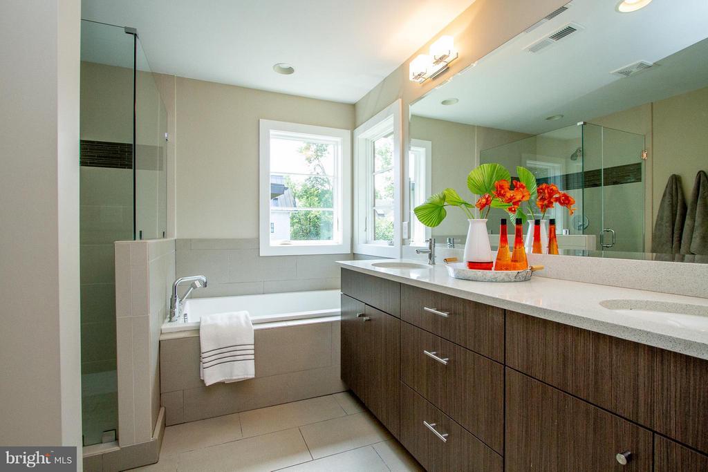 Spa-like Master Bath with soaking tub - 3200 LORCOM LN, ARLINGTON