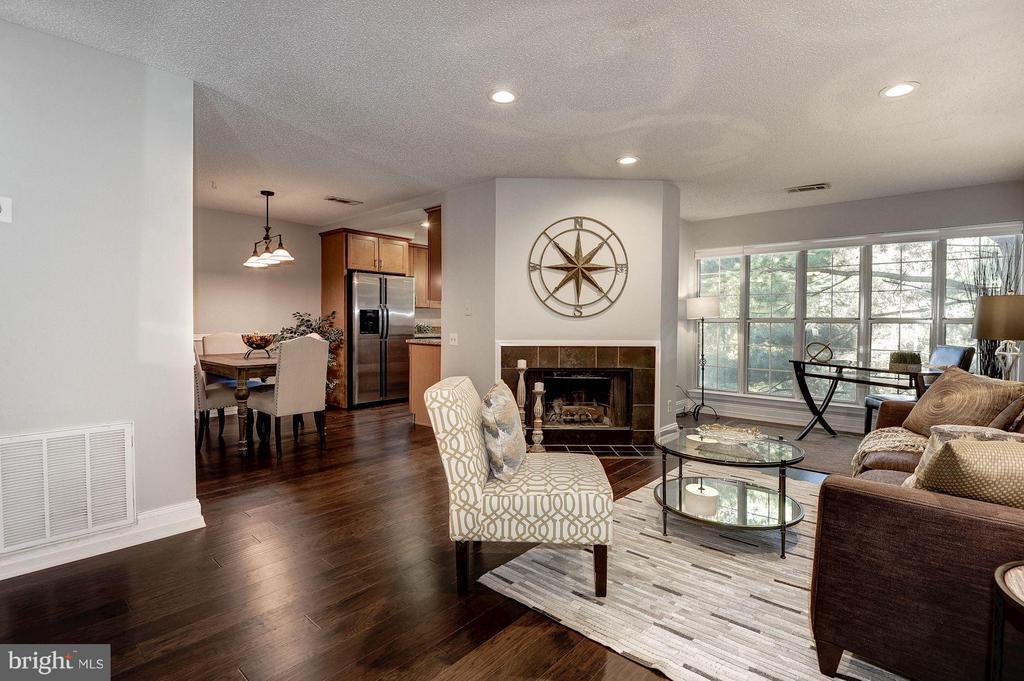 Gorgeous living room! - 3903 GOLF TEE CT #326, FAIRFAX