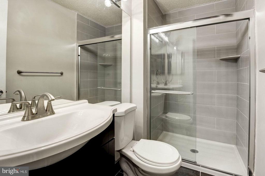 Hall bathroom with brand new tile! - 3903 GOLF TEE CT #326, FAIRFAX