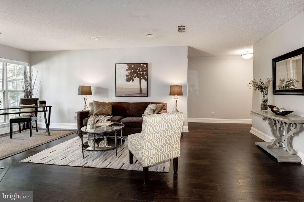 Spacious living room - 3903 GOLF TEE CT #326, FAIRFAX
