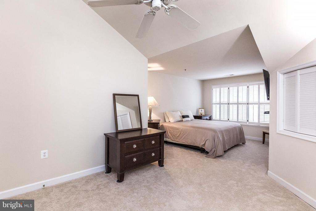 Master Bedroom on upper level - 1320 WAYNE ST #408, ARLINGTON