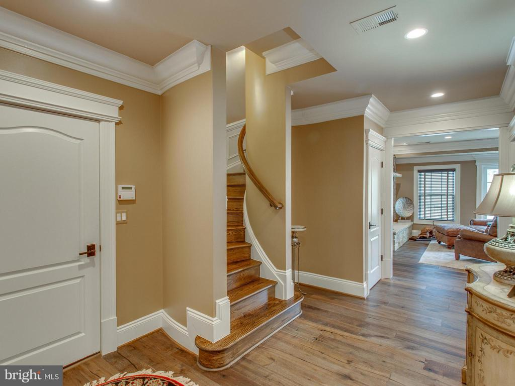 Lower level landing - 2325 QUEBEC ST N, ARLINGTON