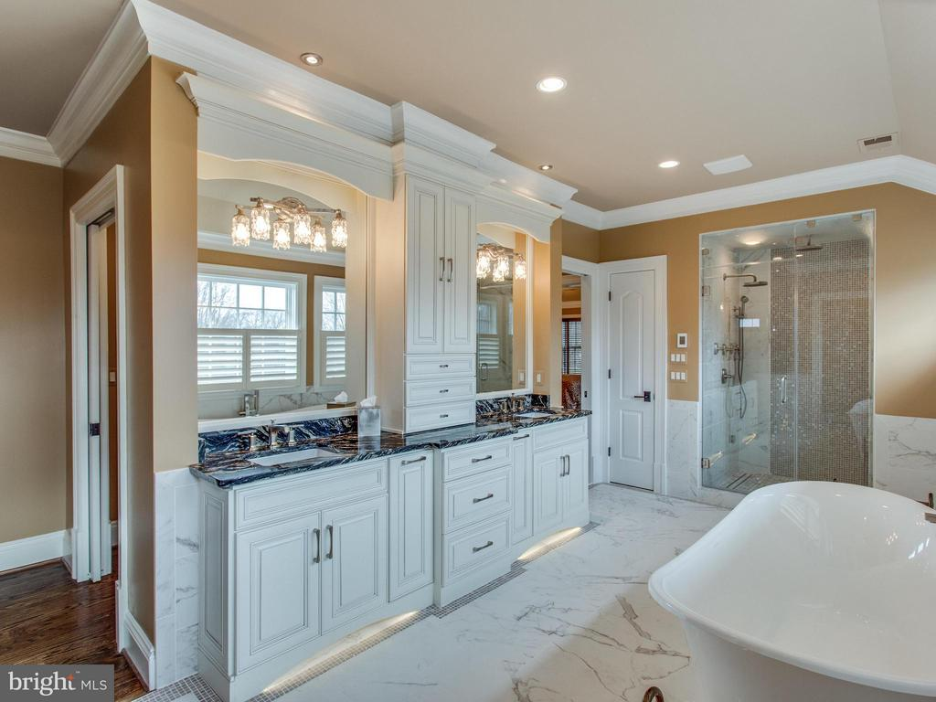 Custom Cabinets, Soaking Tub & Steam Shower - 2325 QUEBEC ST N, ARLINGTON