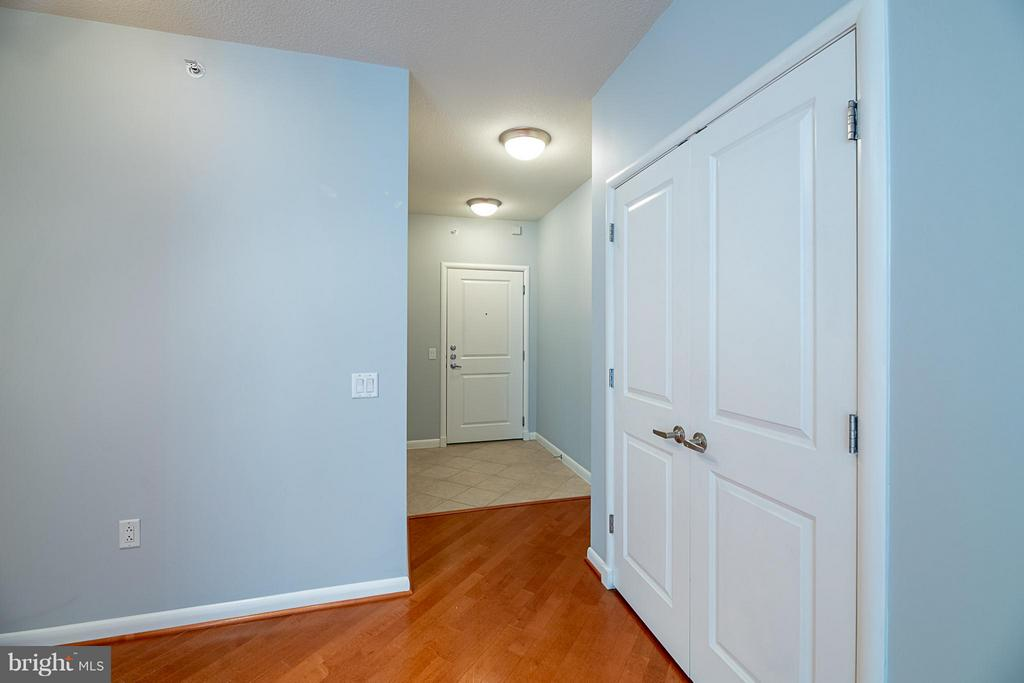 Dining room, large coat closet, foyer - 1021 GARFIELD ST N #236, ARLINGTON