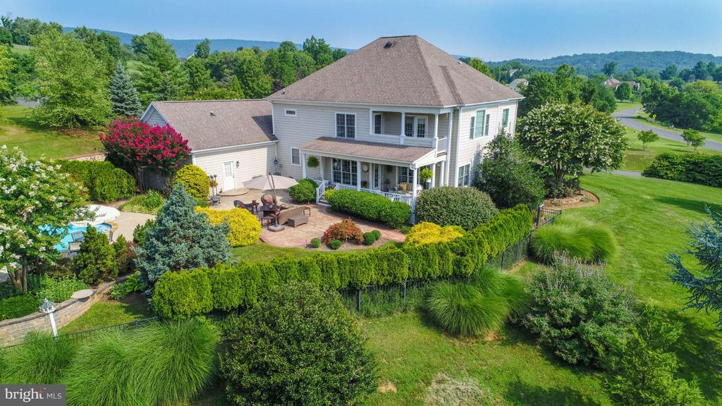 Lush landscaping and extensive hardscape - 35191 DORNOCH CT, ROUND HILL