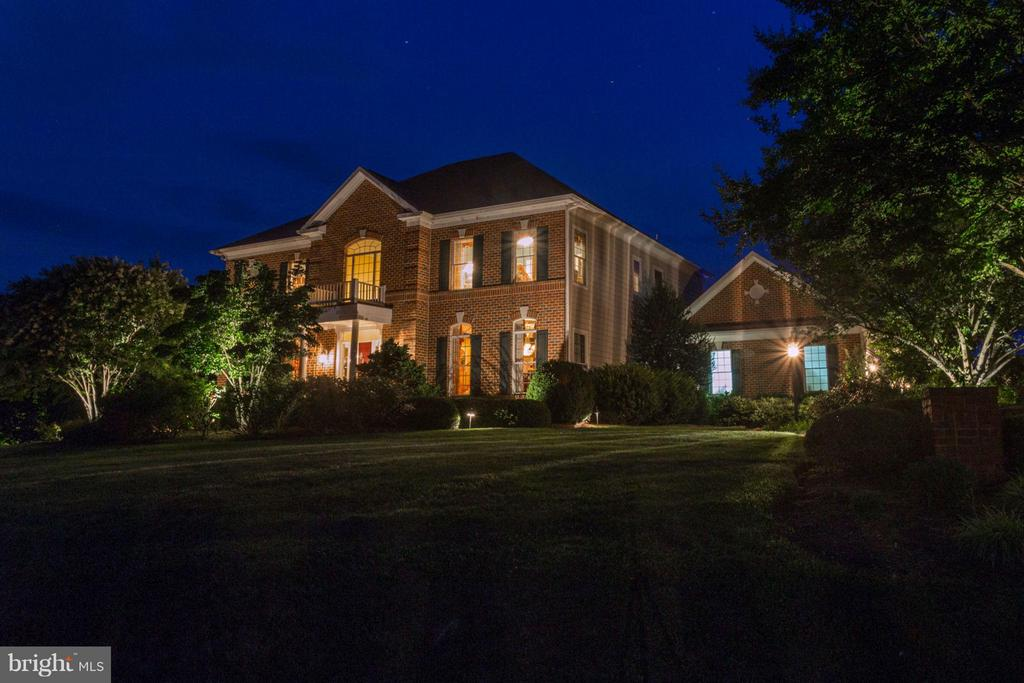 MAJESTIC! LED landscape lighting front and rear - 35191 DORNOCH CT, ROUND HILL