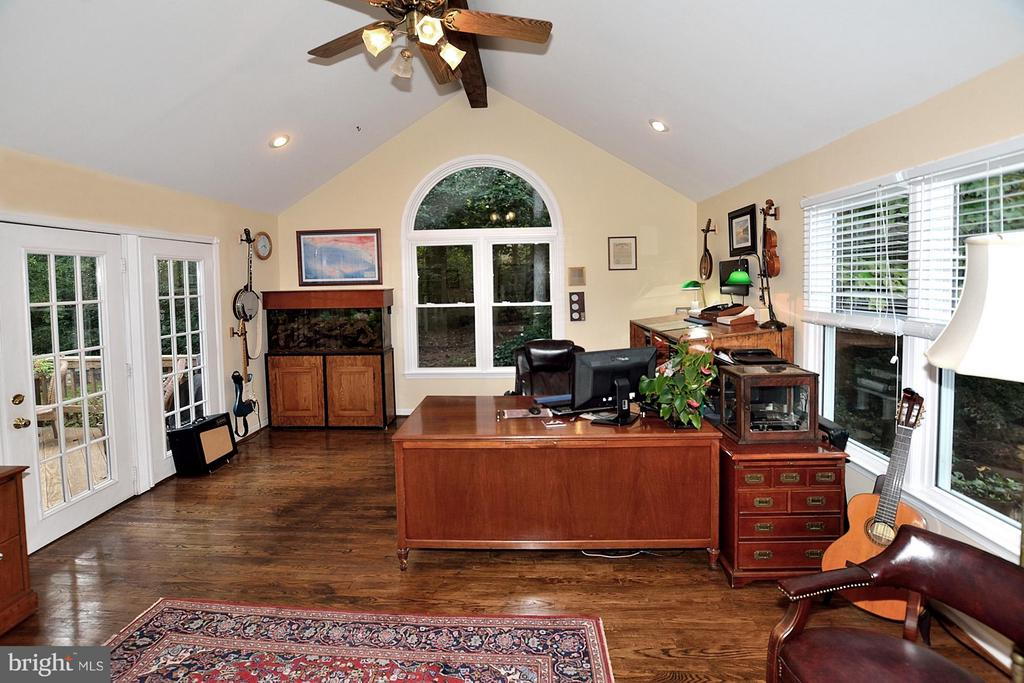 Office - could be turned into a main level bedroom - 5803 STONE RIDGE DR, CENTREVILLE