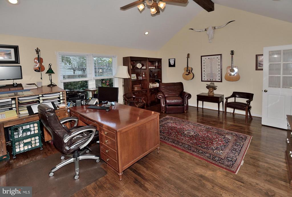 Office Lots of natural light - 5803 STONE RIDGE DR, CENTREVILLE