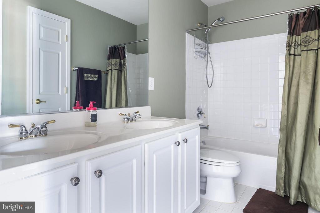 Hall bath with 2 sinks - 20358 CENTER BROOK SQ, STERLING