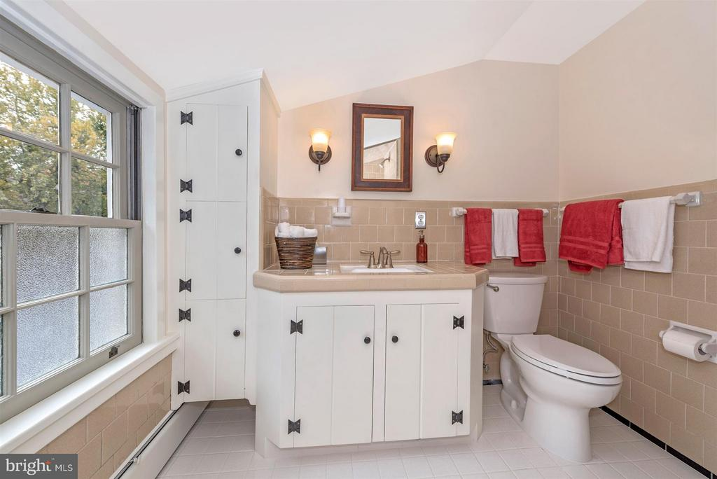 Full Bathroom-Upper level hall. - 1722 SHOOKSTOWN RD, FREDERICK