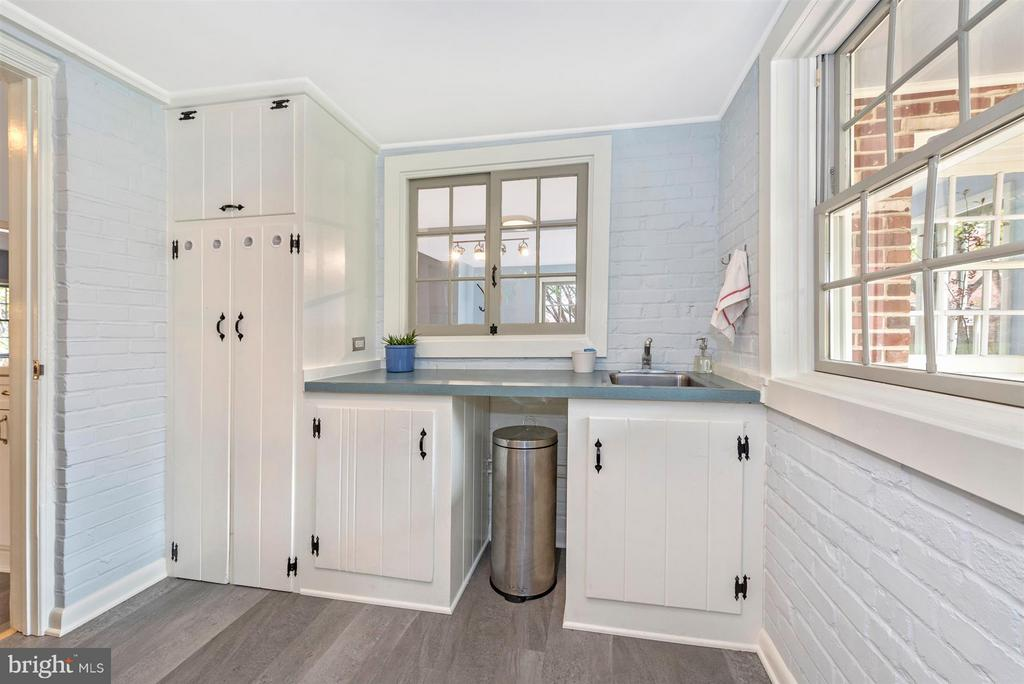 Laundry & Mudroom. - 1722 SHOOKSTOWN RD, FREDERICK