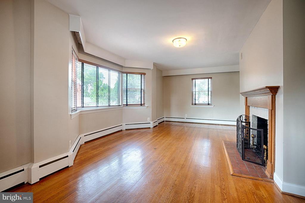 Huge Living Room with Bay Window - 2913 19TH ST S, ARLINGTON