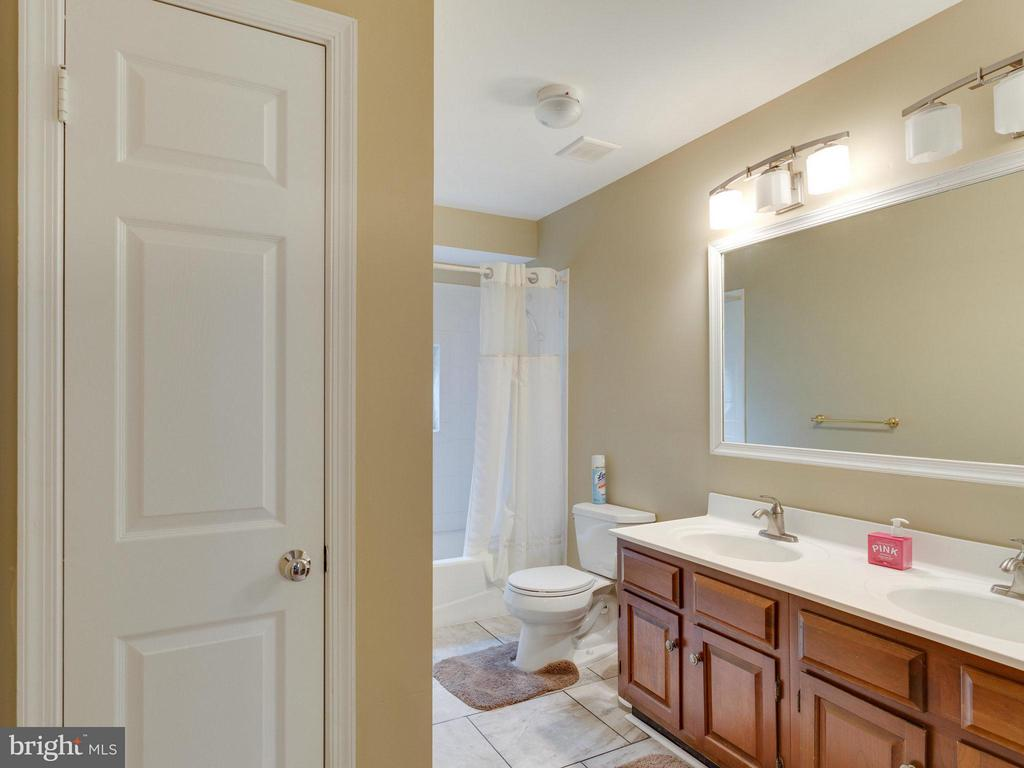 Upper Level Full Bath - 10618 CANTERBERRY RD, FAIRFAX STATION