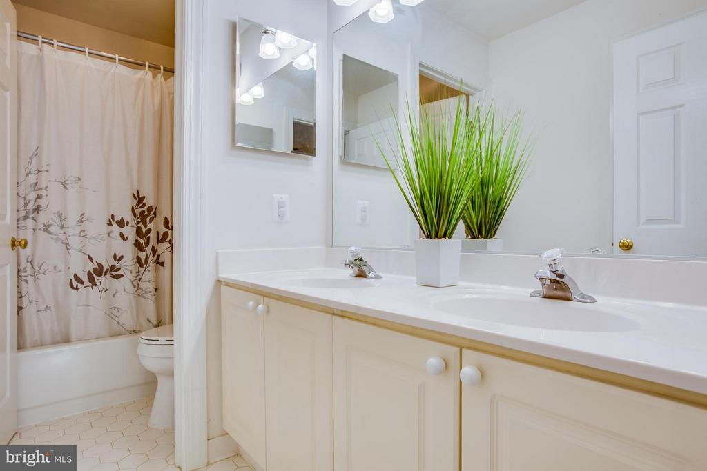 Hall bath with water closet - 2550 HOLLY MANOR DR, FALLS CHURCH