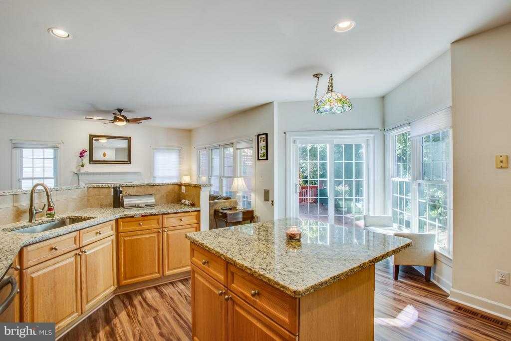 kitchen and breakfast room - 2550 HOLLY MANOR DR, FALLS CHURCH