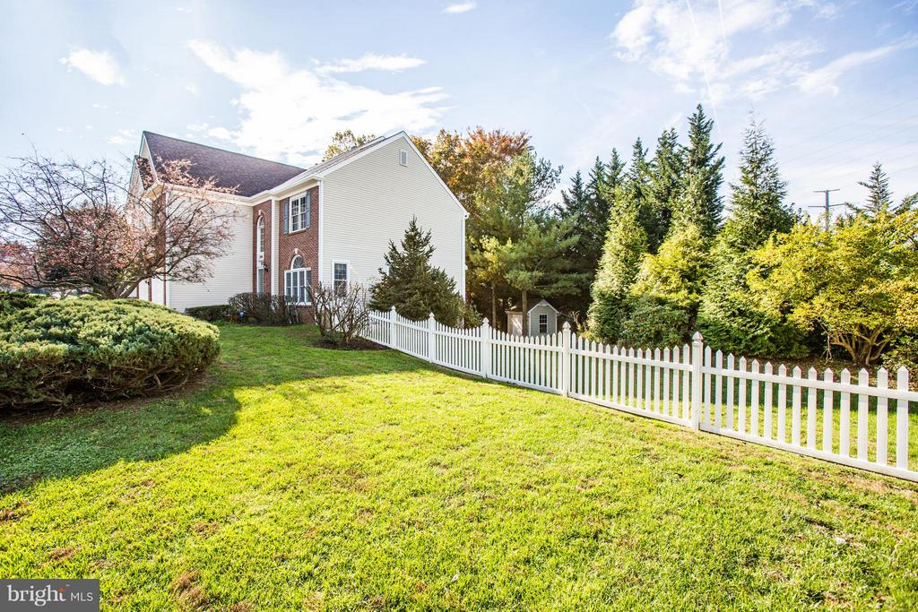 Beautiful fenced in yard - 2550 HOLLY MANOR DR, FALLS CHURCH