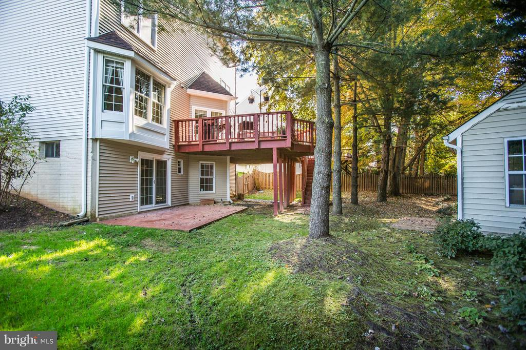 Kids and dogs will love this fenced in yard - 2550 HOLLY MANOR DR, FALLS CHURCH