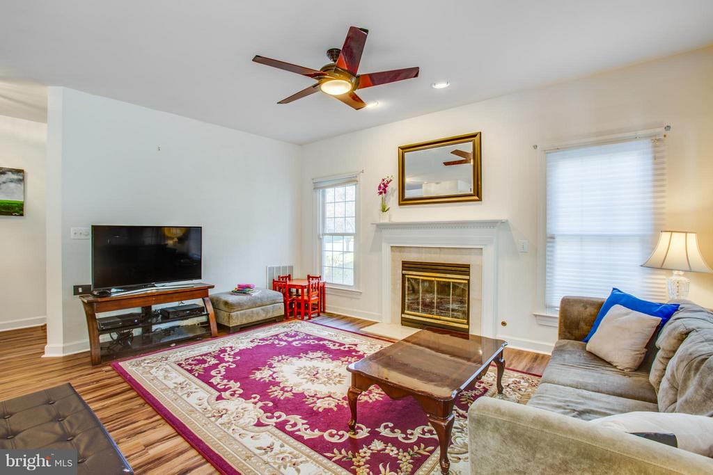 Inviting Family Room next to kitchen - 2550 HOLLY MANOR DR, FALLS CHURCH