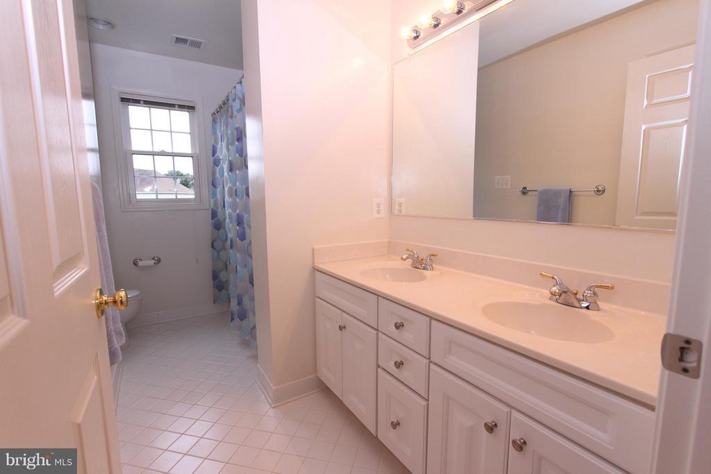 Princess Suite Bath w/Double Sinks - 43499 CROSS BREEZE PL, ASHBURN