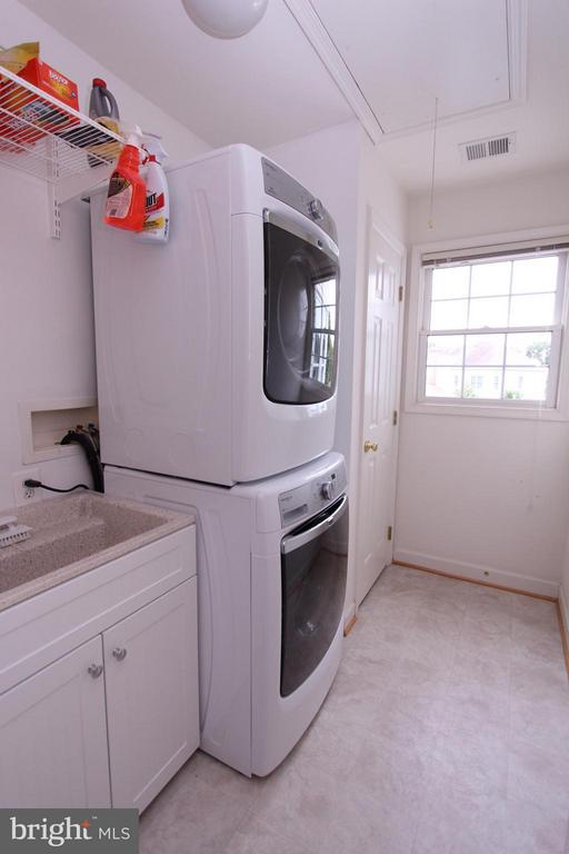 Upper Level Laundry w/Closet and Cabinetry - 43499 CROSS BREEZE PL, ASHBURN