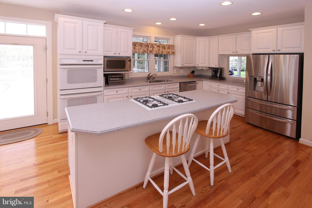 Island w/Gas Cooktop and Bar Stool Seating - 43499 CROSS BREEZE PL, ASHBURN