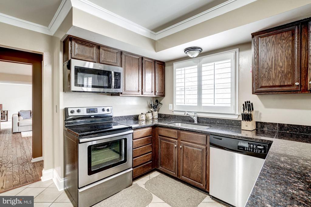Kitchen with Natural Light - 4422 TULIP TREE CT, CHANTILLY