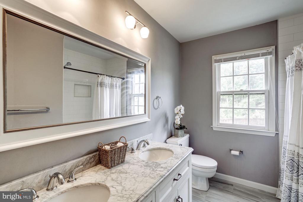 Full Bathroom Upper Level - 4422 TULIP TREE CT, CHANTILLY