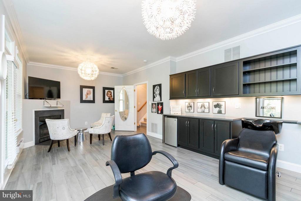 Porcelain tile, custom cabinets, gas fireplace - 21043 ROAMING SHORES TER, ASHBURN