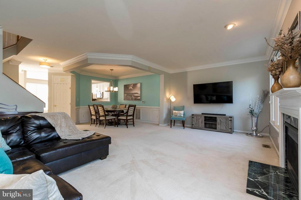 Beautiful crown molding and tray ceiling - 21043 ROAMING SHORES TER, ASHBURN