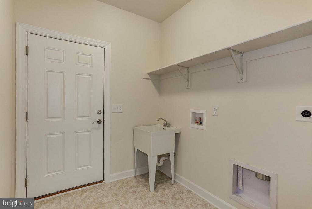 Mudroom with Optional Laundry Tub - QUARTZ - LOT 14 AVE, CULPEPER