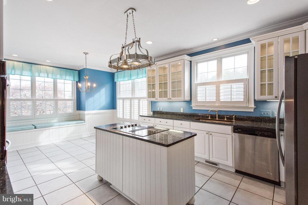 Kitchen with window seats - 55 AZTEC DR, STAFFORD