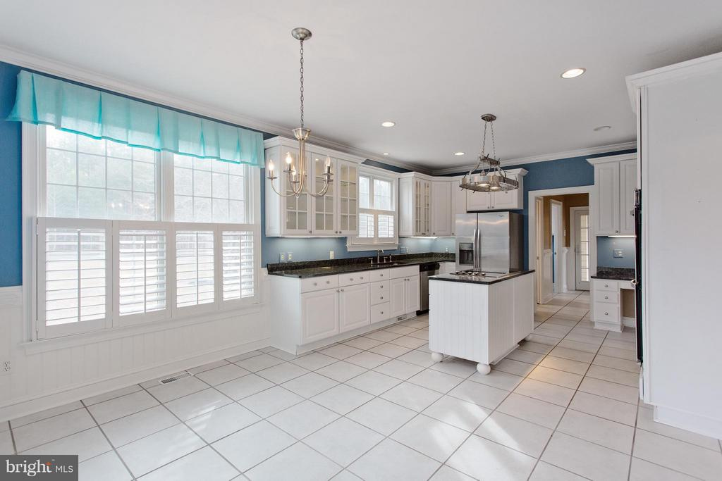 Large kitchen with breakfast nook and bench - 55 AZTEC DR, STAFFORD