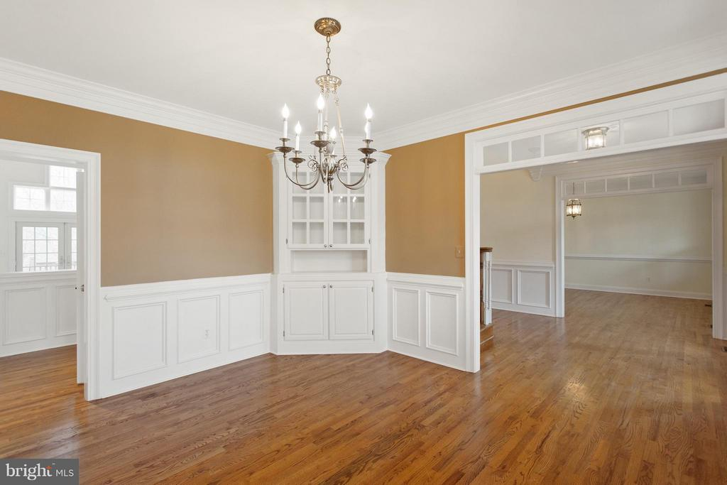 Dining room with built in - 55 AZTEC DR, STAFFORD