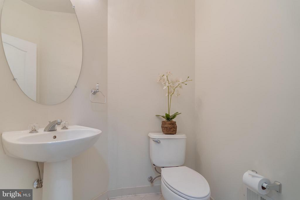Main Level Powder Room - 25929 QUINLAN ST, CHANTILLY