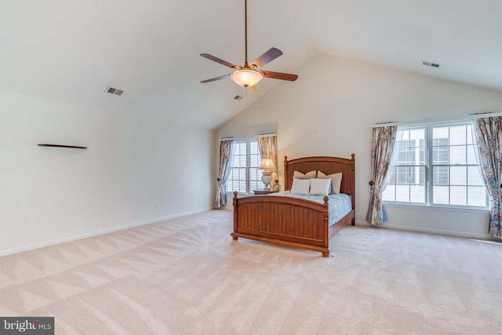 Master Bedroom With Volume Ceilings - 25929 QUINLAN ST, CHANTILLY