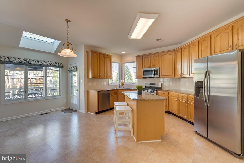 Open Kitchen Full of Natural Light - 25929 QUINLAN ST, CHANTILLY
