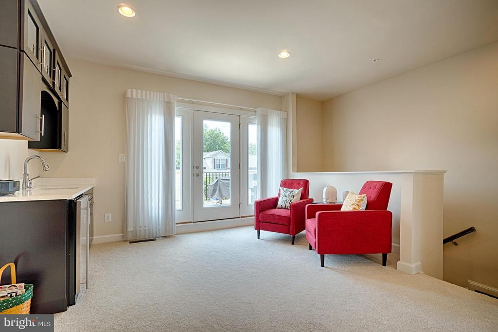 Sitting room w/ wet bar leading to roof top deck! - 1145 MONROE ST S, ARLINGTON