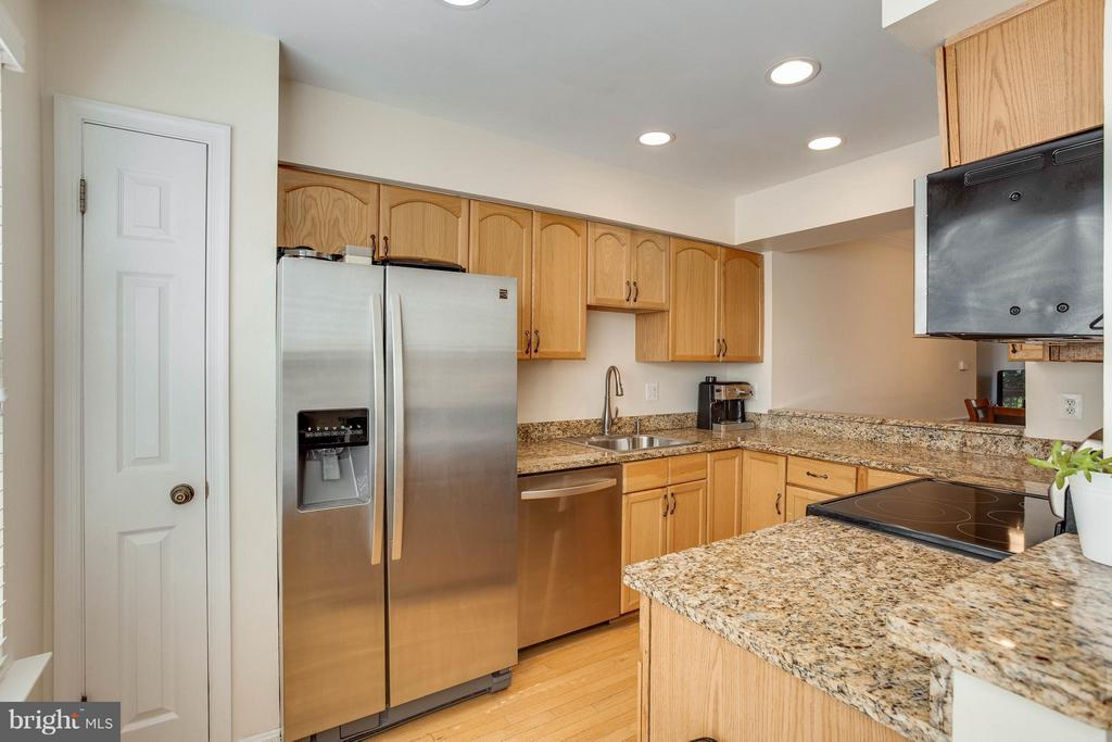 Kitchen with Upgraded Stainless Appliances - 2126 HUTCHISON GROVE CT, FALLS CHURCH