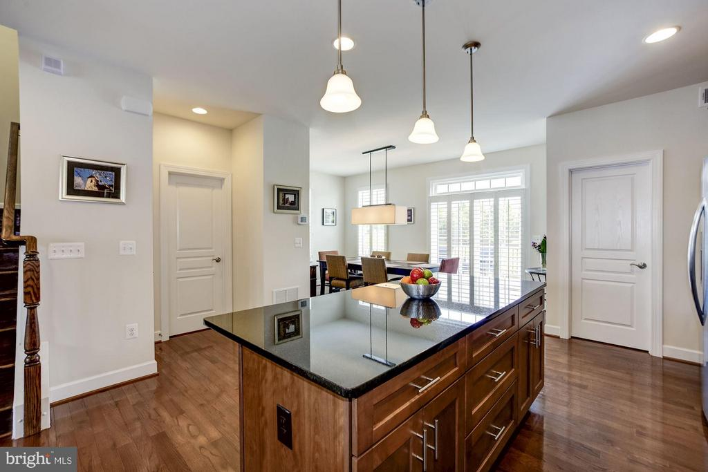 KITCHEN - LOADS OF COUNTER TOP MEAL PREP SPACE! - 6260 SUMMIT POINT CT, ALEXANDRIA