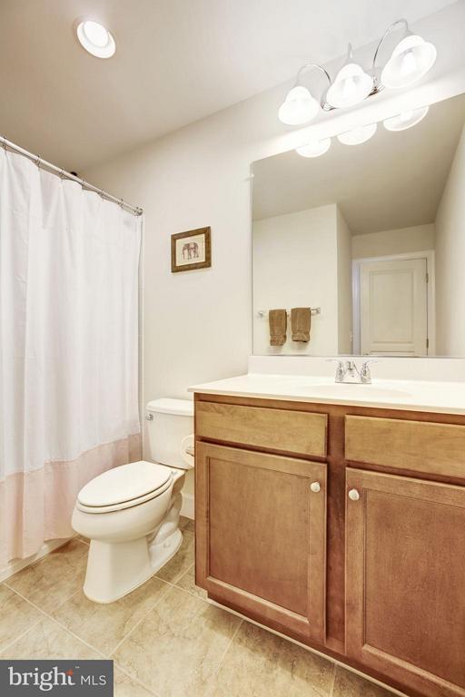 FULL BATHROOM #2 - LOCATED ON UPSTAIRS LEVEL! - 6260 SUMMIT POINT CT, ALEXANDRIA