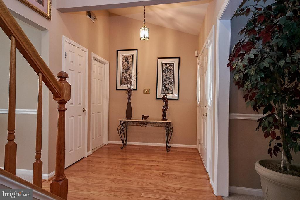 Foyer with hardwood floor - 7827 BOLD LION LN, ALEXANDRIA