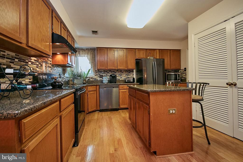 Kitchen with Hardwood Floor - 7827 BOLD LION LN, ALEXANDRIA