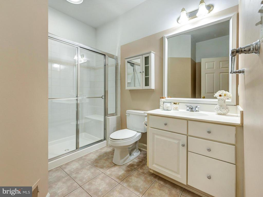 Full bath next to main level bedroom - 3918 SWEET BRIAR LN, FREDERICK