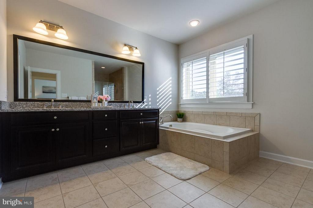 Owner's Bathroom with Double Vanities - 9071 BEAR BRANCH PL, FAIRFAX