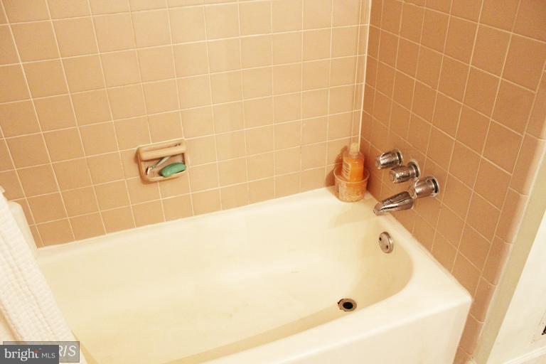 Upper bathroom - 1007 WARWICK CT #23, STERLING