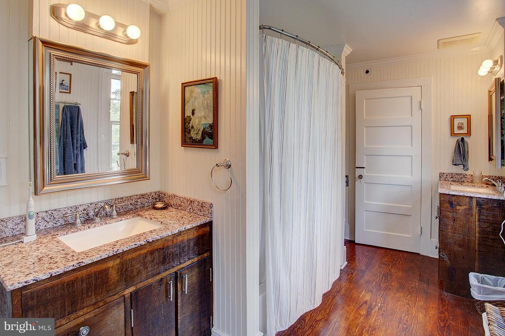 Upper level full bath has 2 vanities - 15286 LOYALTY RD, WATERFORD