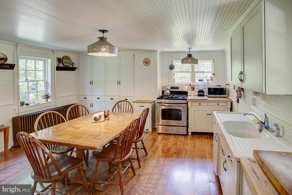 Large kitchen has room for breakfast table - 15286 LOYALTY RD, WATERFORD