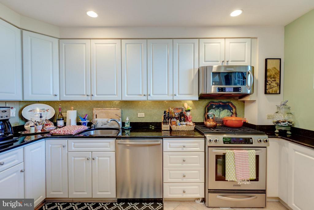kitchen w/stainless appliances - 1200 NASH ST N #551, ARLINGTON