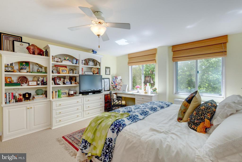 Master BR with wall of built-ins - 1200 NASH ST N #551, ARLINGTON
