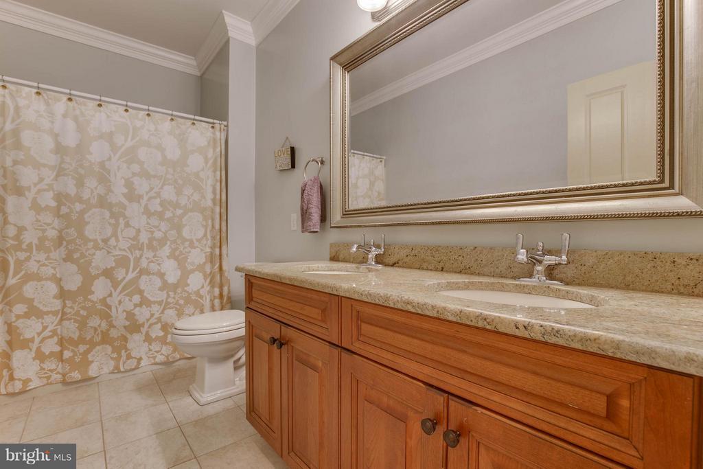 Bath - 7961 BAILEYS JOY LN, WARRENTON